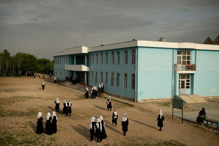 Estudiantes en el patio del Instituto Mashal Dostum, en Shibirghan, al noroeste de Afganistán el 5 ...