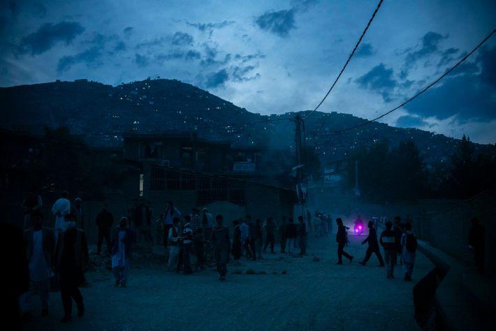 Cae la noche sobre un escenario de un atentado en el oeste de Kabul.