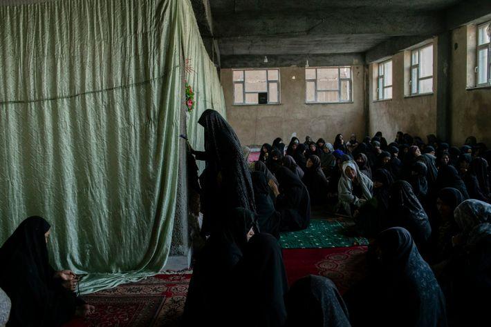 En el sótano sin acabar de la mezquita de Qamar Bani Hashim, vecinas y familiares de dos ...