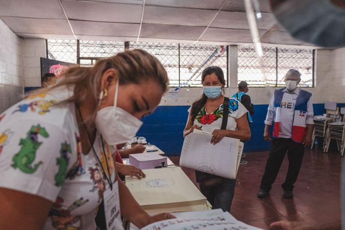 Sonia Sánchez vota durante las elecciones legislativas y municipales en Santo Tomás el 28 de febrero ...