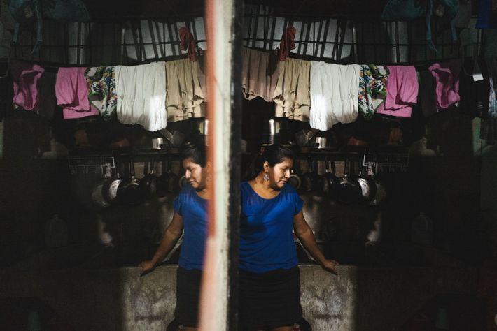 Jenny Sánchez posa para un retrato en su hogar de San José II, un vecindario del ...