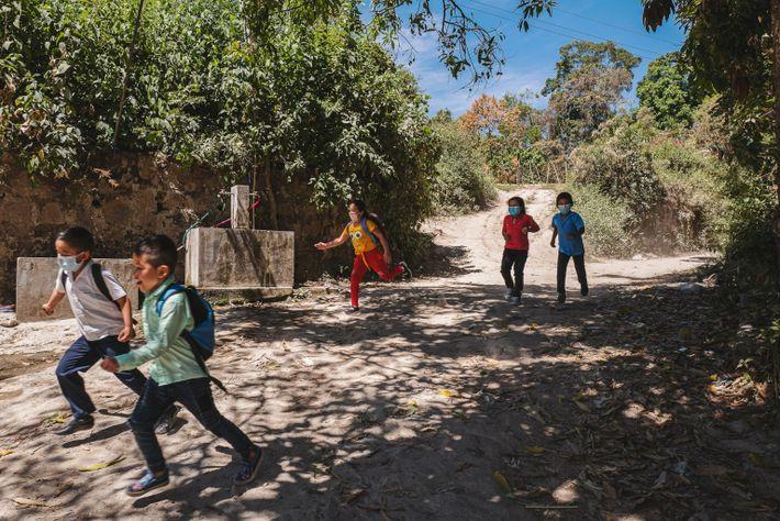 Los niños corren cerca de unos grifos que distribuyen agua mediante mangueras. Este sistema proporciona agua ...