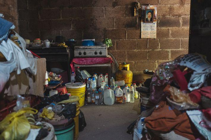 Mary Reyes Ramírez, de 76 años, ha acumulado una colección de pequeñas botellas en su casa ...