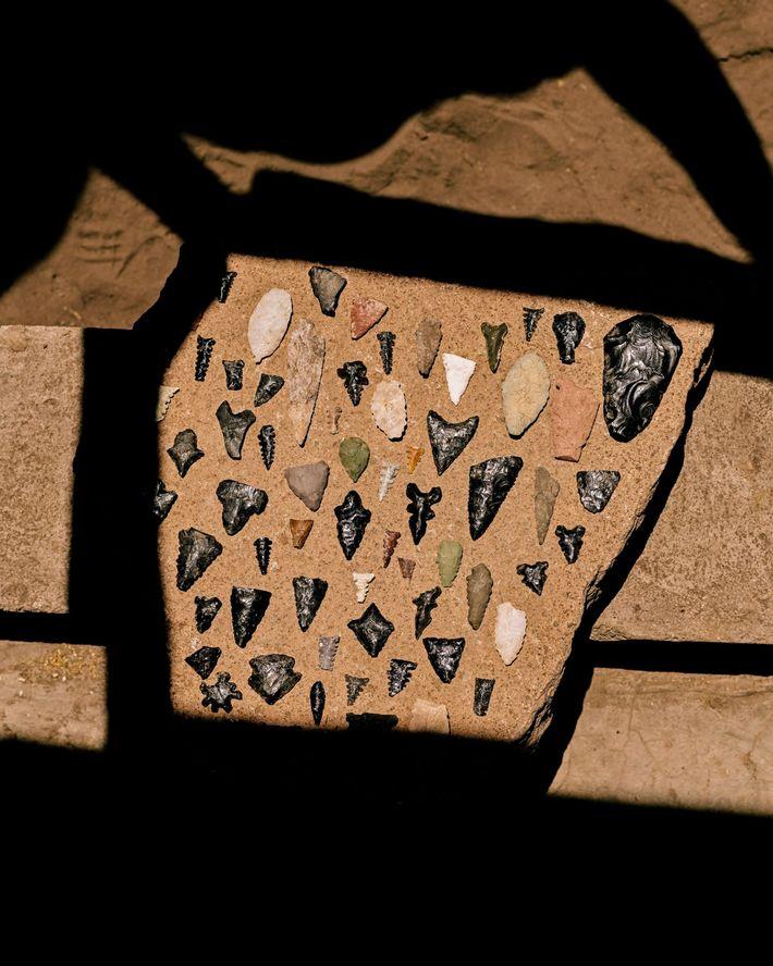 Una colección de puntas de flecha hechas por pueblos indígenas de otra época encontradas en Rancho ...