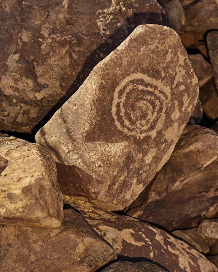 """Los petroglifos están esparcidos alrededor del rancho de Eleonary """"Nary"""" Arce Aguilar en la Sierra de ..."""