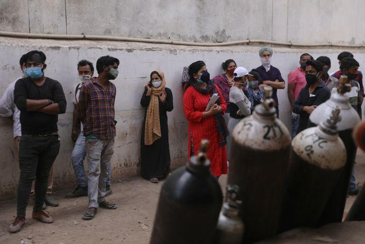 La gente espera en Vaibhav Oxygen para rellenar los cilindros de oxígeno. A medida que los ...