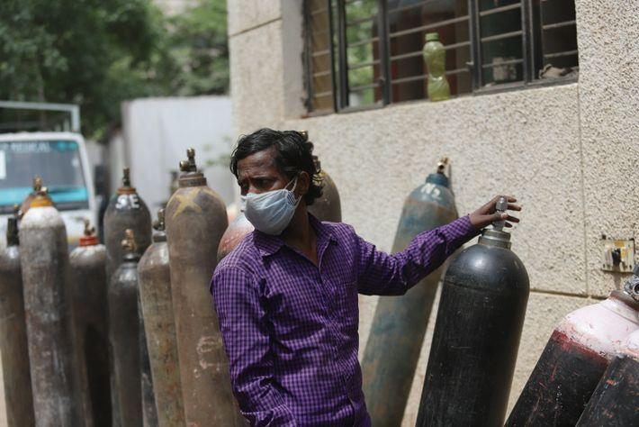 Mahesh Kumar hizo cola durante 24 horas en Vaibhav Oxygen para rellenar el cilindro de oxígeno ...