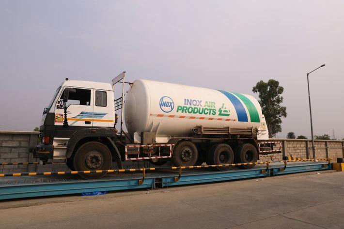 Un tanque criogénico de oxígeno aguarda frente a la fábrica de oxígeno INOX, en Modinagar, Uttar ...
