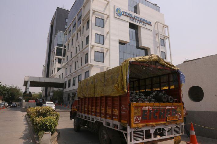 Los cilindros de oxígeno llegan al hospital Venkateshwar, en Dwarka, desde un centro de rellenado en ...