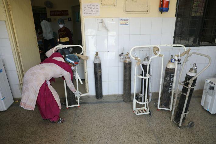 La enfermera Poonam Kant recoge cilindros de oxígeno para rellenarlos en el hospital público de Tej ...