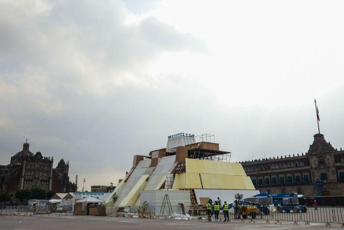 Maqueta gigante del principal templo azteca, el Templo Mayor, en la plaza central de la Ciudad ...
