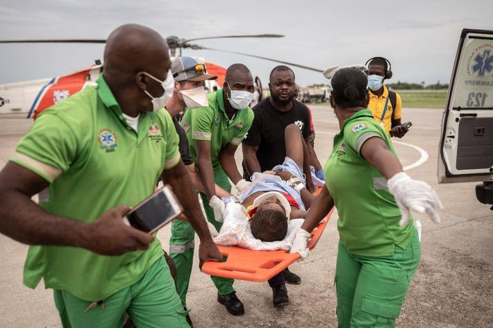 Un niño que fue trasladado en avión desde la ciudad haitiana de Jeremie por la Guardia ...