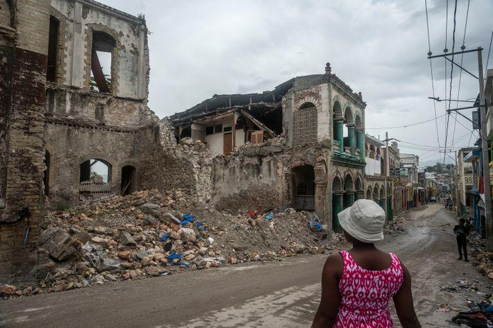 En la ciudad de Jeremie, viejos edificios coloniales se derrumbaron durante el último terremoto de magnitud ...