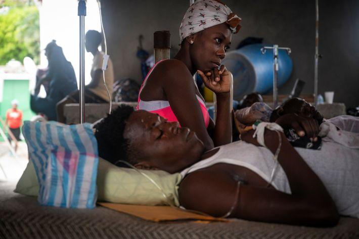Lener Joseph recibe atención médica por fracturas de huesos en el Hospital Saint Antoine de Jeremie. ...