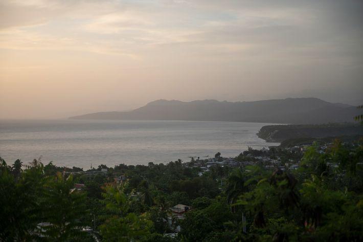 El sol sale a lo largo de la costa norte de la península sur de Haití, ...