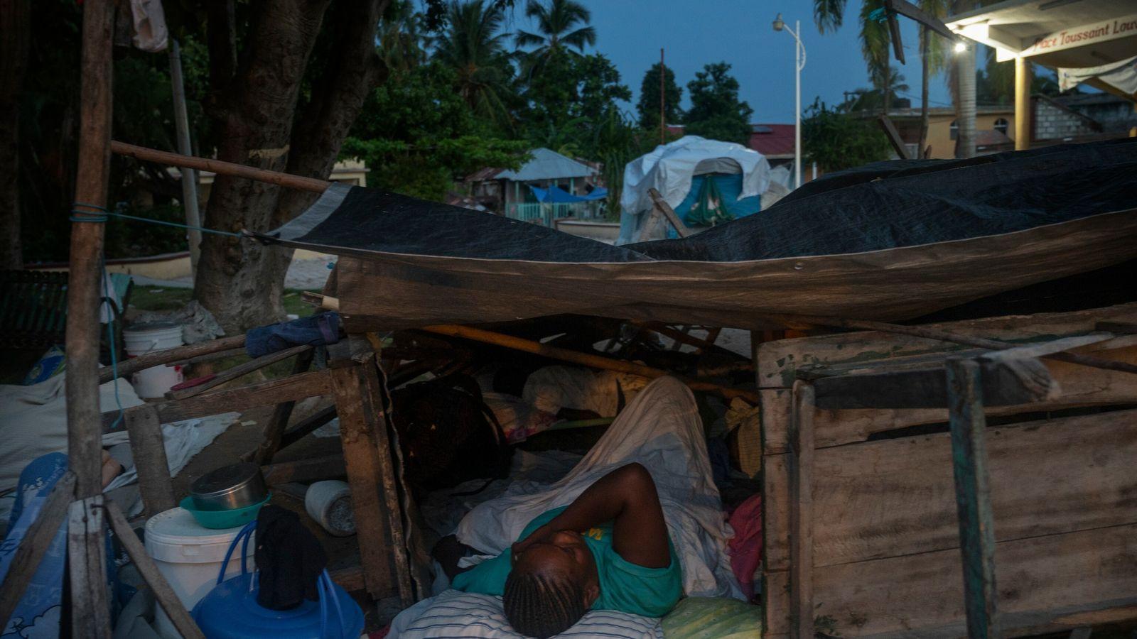 """Un residente de Corail, Haití, duerme en las calles en un refugio improvisado. """"La mayor parte ..."""