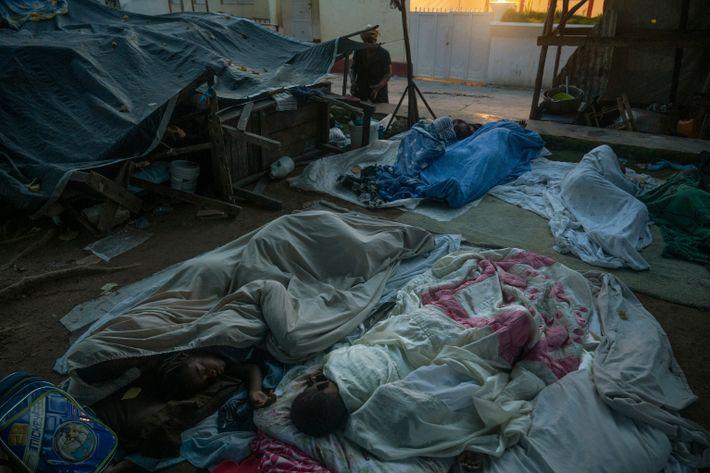 En Corail, las familias se apiñan sobre colchones y sábanas que luchan entre los escombros de ...