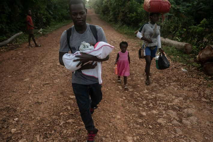 La familia Joseph comienza su caminata desde el pueblo de Duquillon hasta Beaumont, lo que les ...