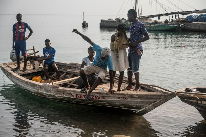 Los botes pequeños que transportan a los heridos comienzan a llegar en un clima tranquilo por ...
