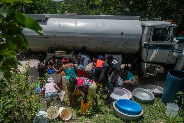 Un camión se detiene en la ruta principal entre Jeremie y Corail para llevar agua a ...