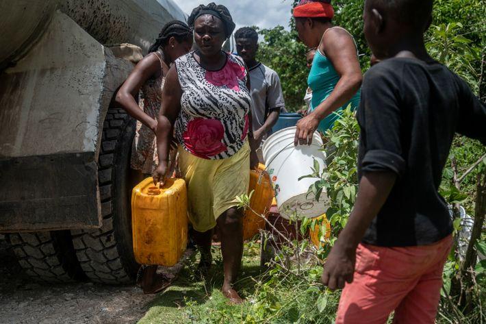 Los vecinos reclaman agua con sus recipientes. Después del terremoto, el río Lacombe, como muchos en ...