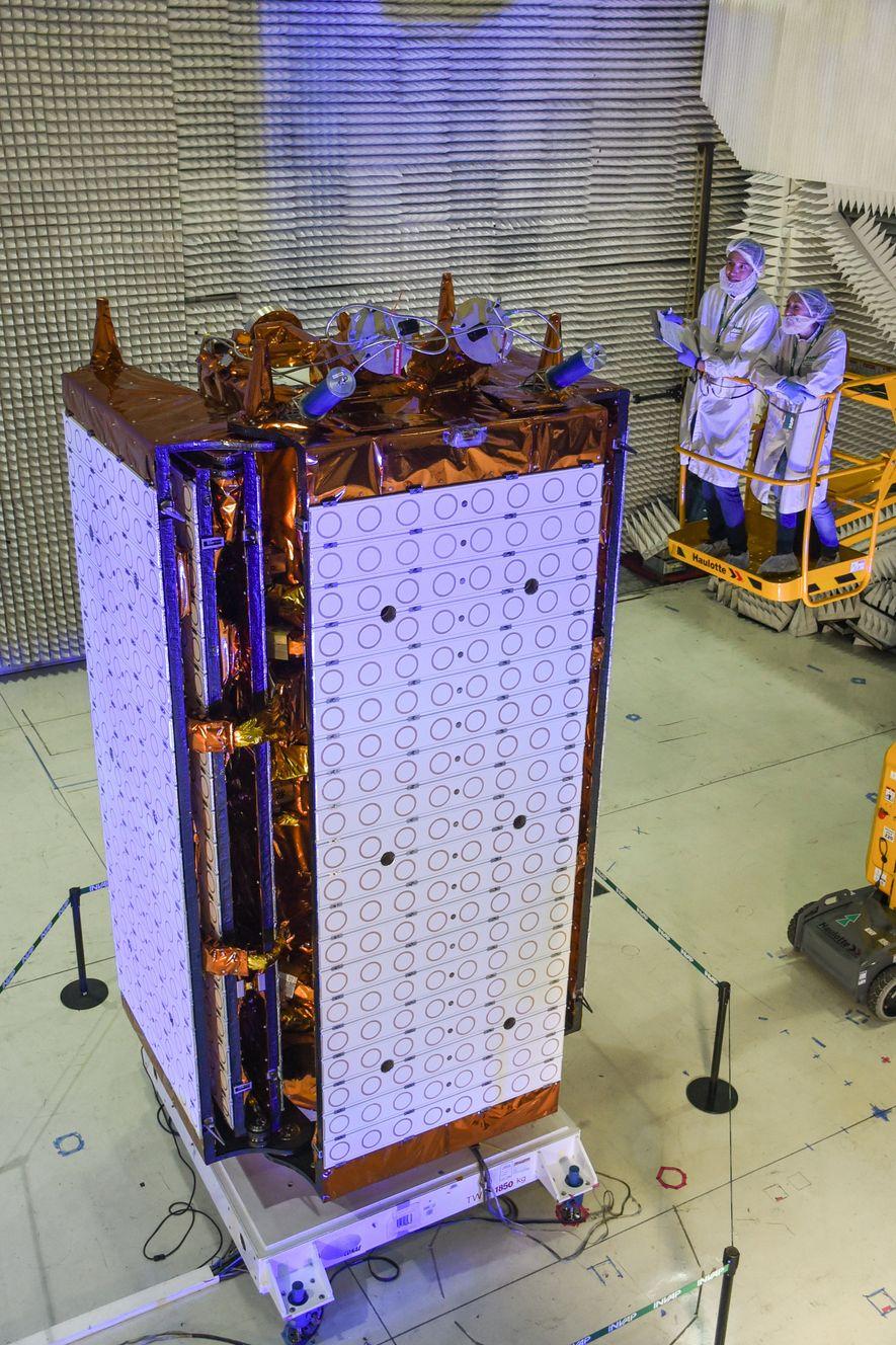 SAOCOM 1B plegado, en facilidades de INVAP/CETSA en Bariloche, listo para viajar al espacio.