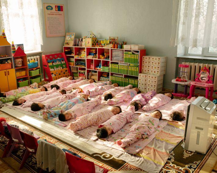 Un purificador de aire vigila a los niños que duermen en una guardería en el distrito ...