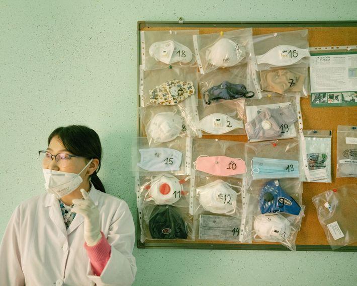 Una científica de GreenCrown, un laboratorio independiente en Ulán Bator, se encuentra al lado de las ...
