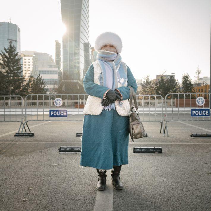 Una activista política en la Plaza Sukhbaatar, en el centro de Ulán Bator, es parte de ...