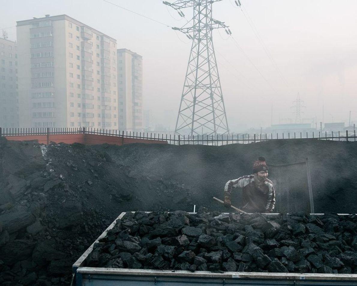 El carbón vendido en las calles de Ulán Bator libera una gran cantidad de partículas finas ...