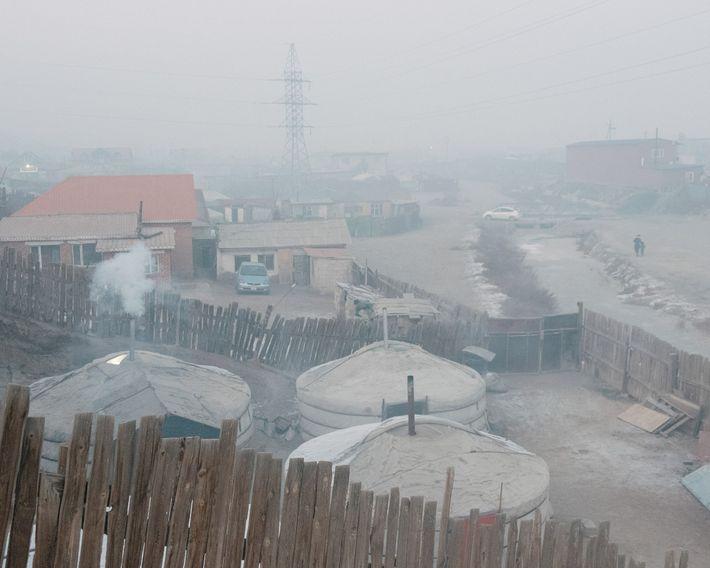 El aire de la noche es denso en Bayankhoshuu, uno de los barrios más contaminados de ...
