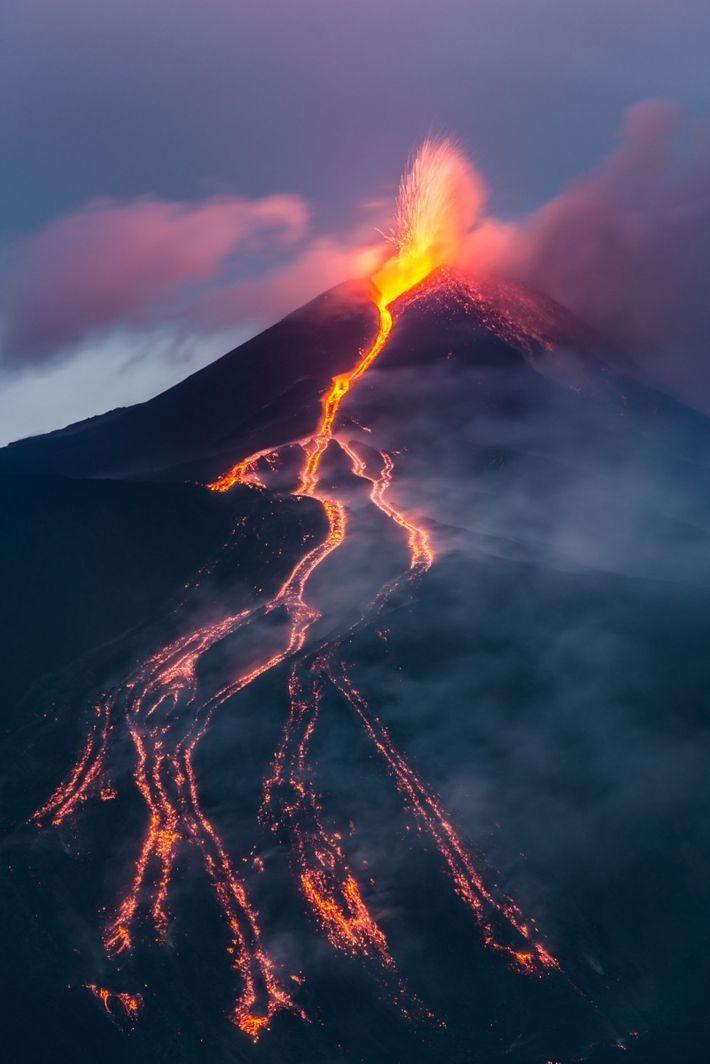 Erupción en el monte Etna. Cuando el volcán siciliano entró en erupción en 2002, enviaron a un equipo ...