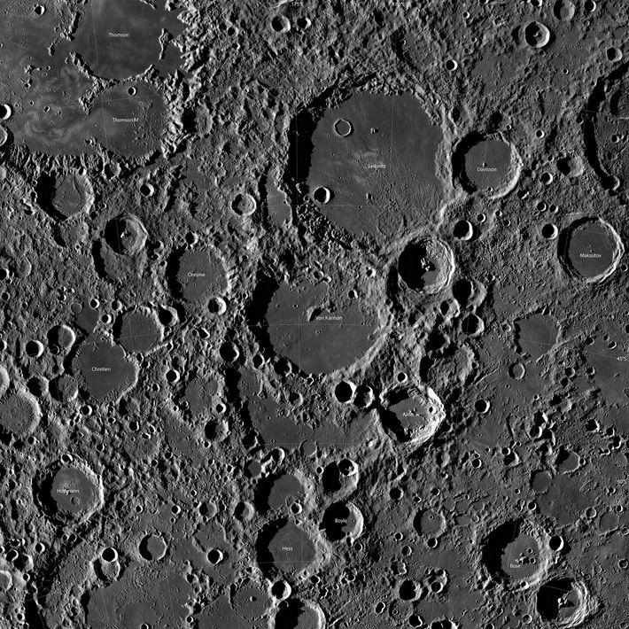 Una fotografía tomada desde la órbita muestra cráteres alrededor del sitio de aterrizaje de Chang'e-4 cerca ...