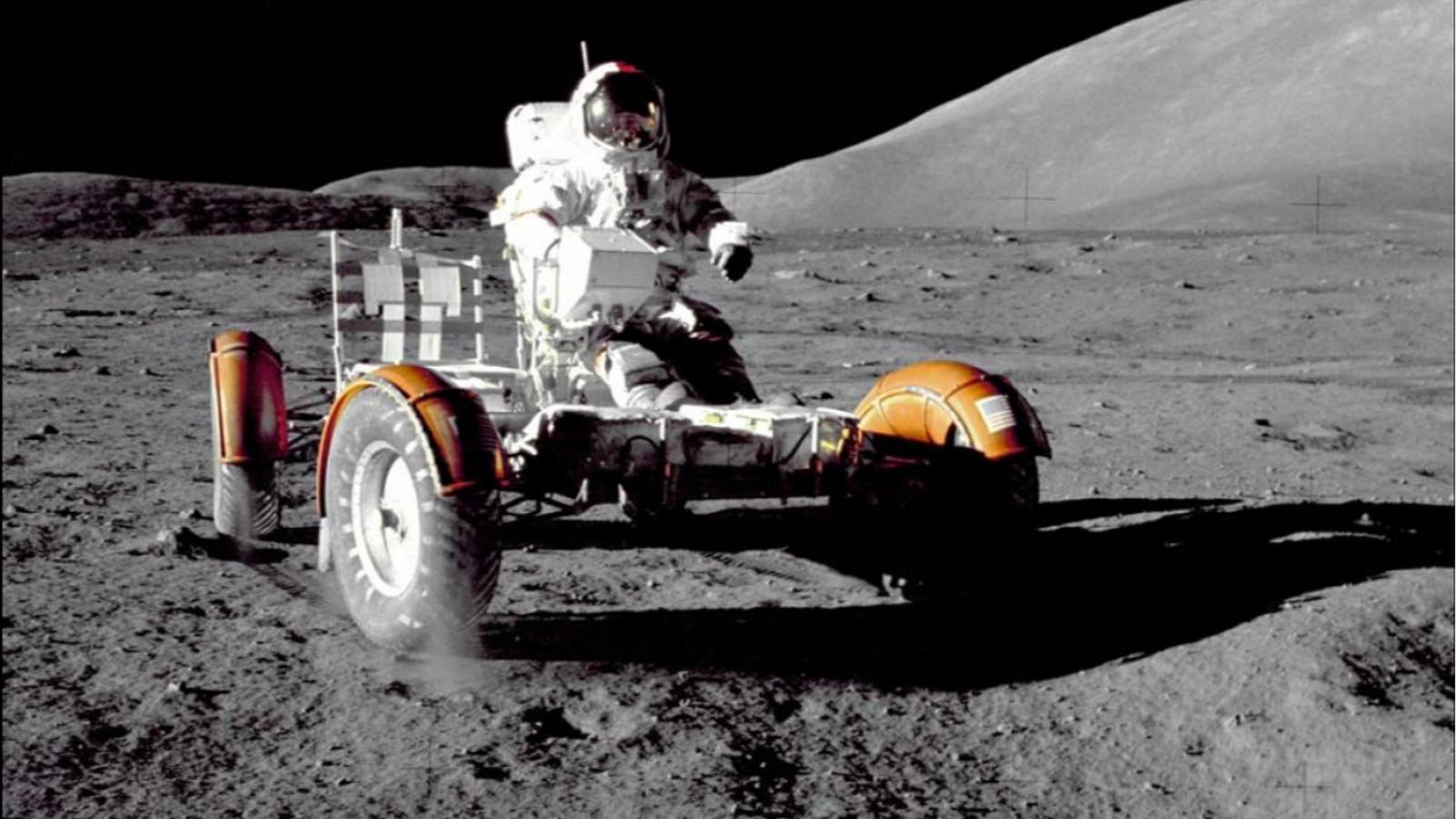 El comandante de la misión Apollo 17, Eugene Cernan, revisa el vehículo lunar (LRV) en el ...