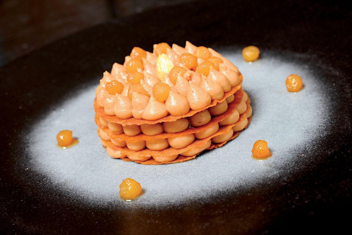 Una pastilla de almendras es el dulce final de una cena en Mes'Lalla, en Marrakech, Marruecos. ...