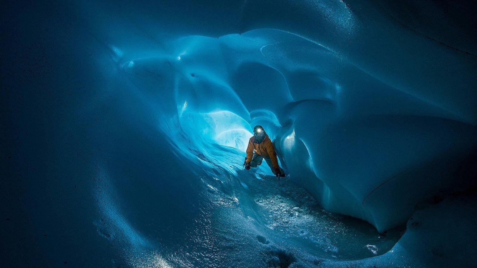 James Frystak, miembro del Mount Rainier Fumarole Cave Expedition, en el camino principal de una cueva ...
