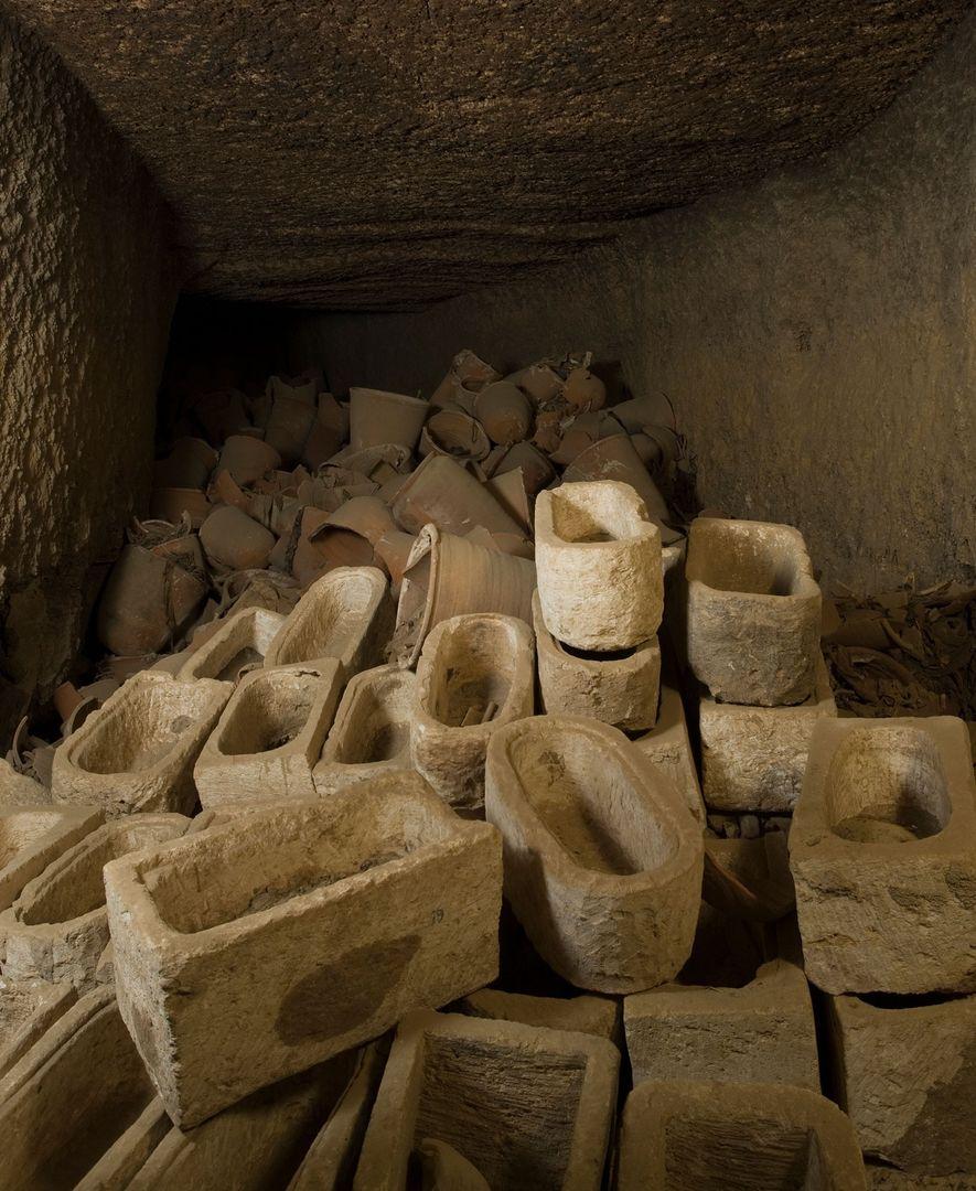 Un lugar de almacenamiento repleto de sarcófagos de momias ibis en Tuna el-Gebel, donde más de ...