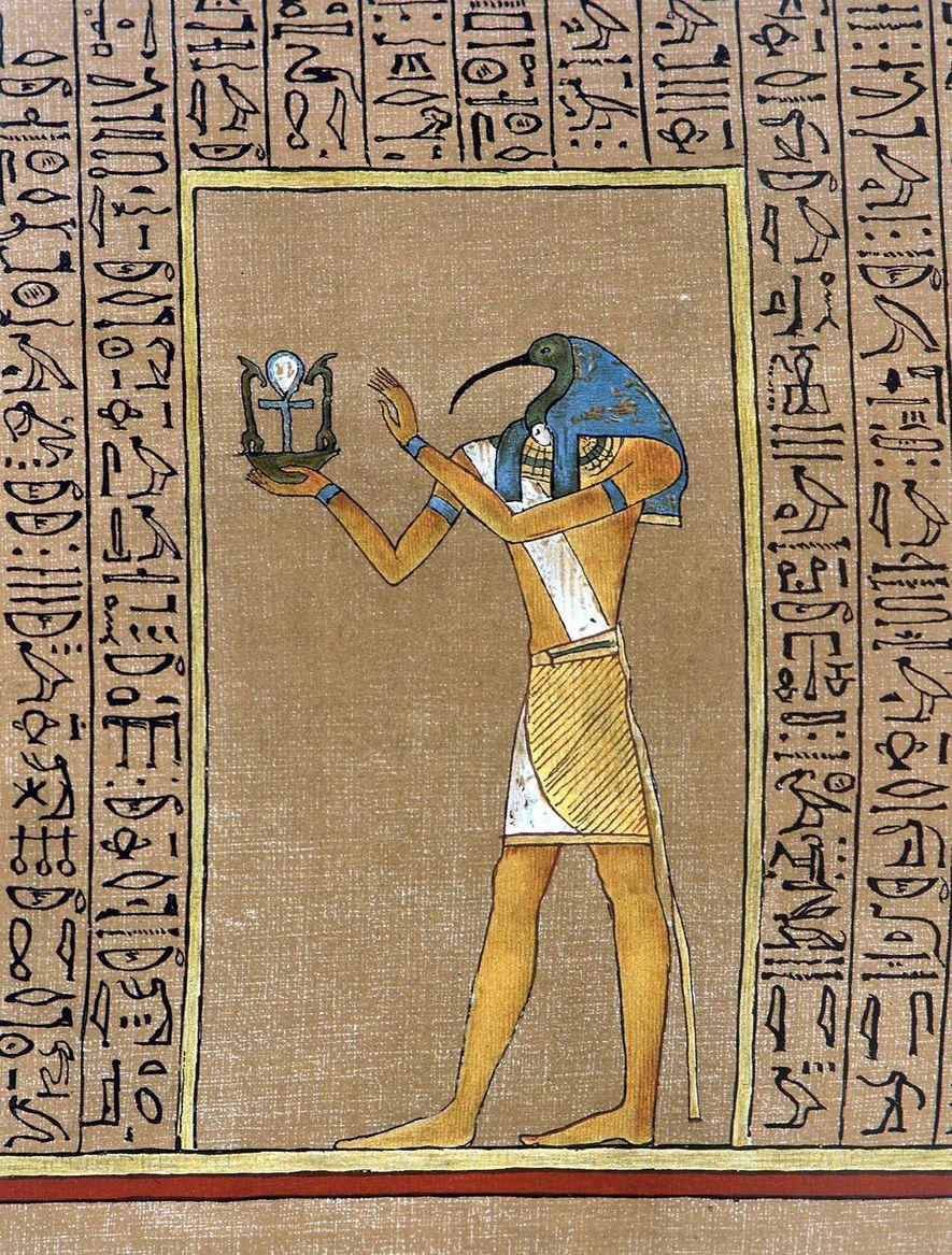 El dios egipcio, Tot, tradicionalmente representado con cabeza de ibis, sostiene un emblema que incluye el ...