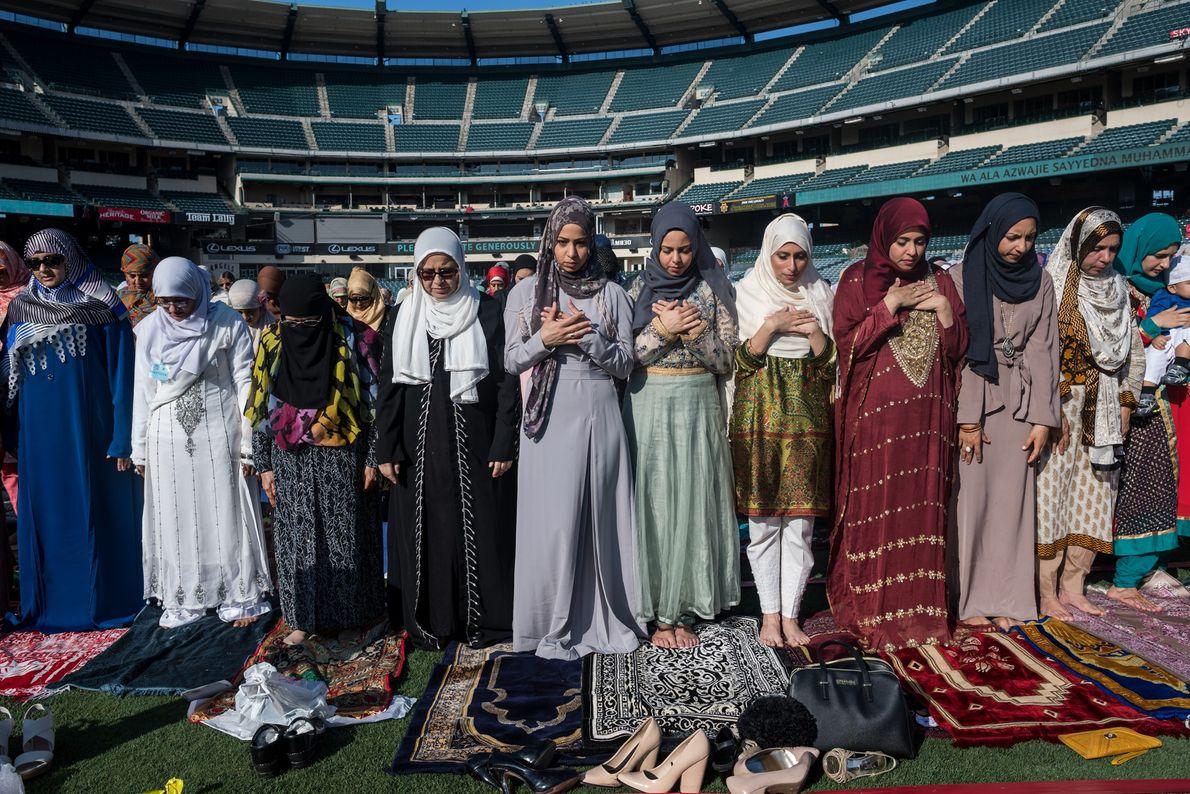 Unos 20,000 musulmanes asistieron a una oración matutina el año pasado en el Angel Stadium en ...