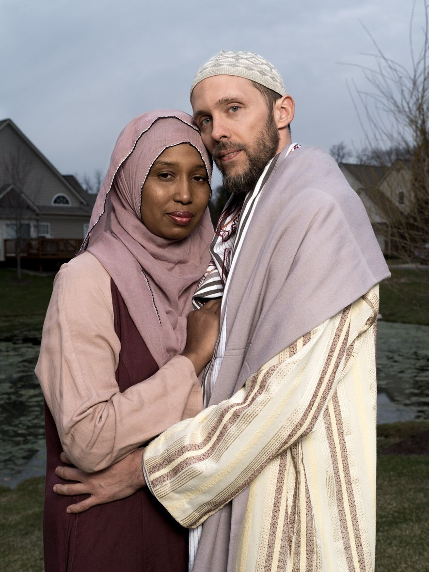 Kamilah Munirah Bolling y Adil Justin Cole posan afuera de su casa en Farmington Hills, Michigan.