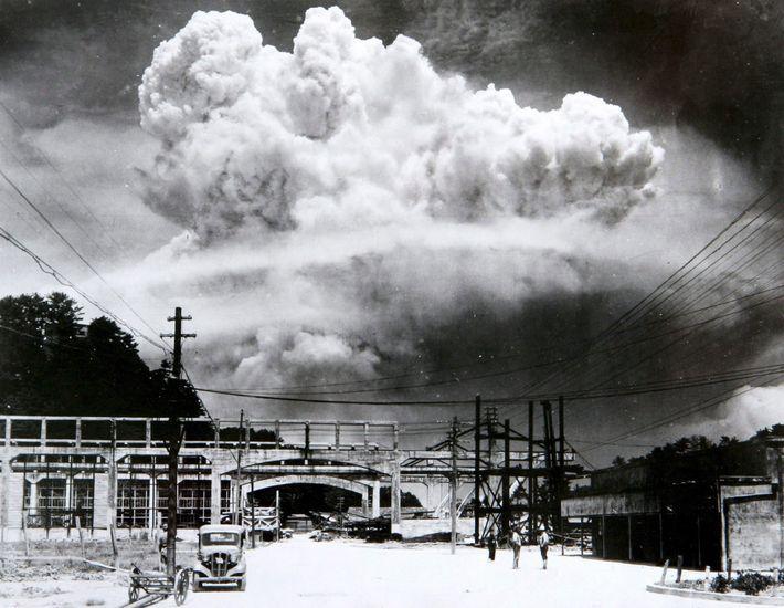 Una gran nube todavía se cierne en el cielo sobre Nagasaki 15 minutos después de la ...