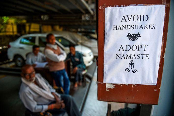 Un anuncio en Nueva Delhi, típico de los tiempos que corren; el namasté no requiere de ...