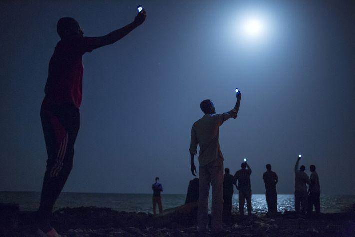 2013   En 2013, el escritor Paul Salopek emprendió una caminata de 34.000 km por cuatro continentes para rastrear 60.000 años de migración ...
