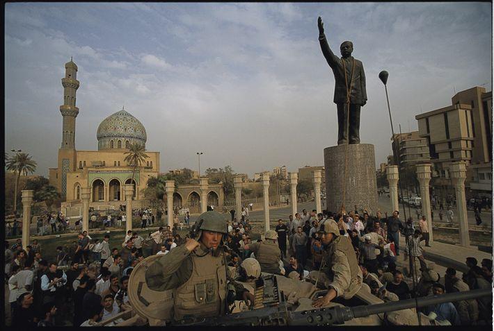 2003   Los marines estadounidenses ayudan al pueblo iraquí a derribar una estatua de Saddam Hussein en la ...