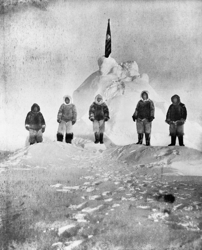 Archivos: el 6 de abril de 1909, Robert Peary y su tripulación plantaron una bandera en ...