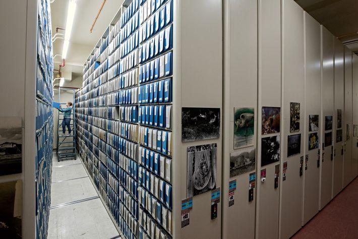 Los archivos de video y piezas de arte se conservan en una sala en condiciones ambientales ...