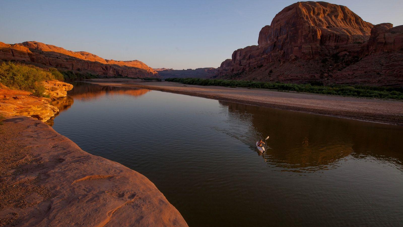 Un kayakista en el río Colorado, Utah.