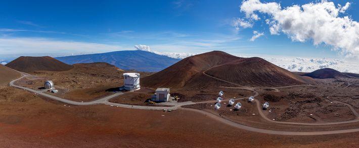 El volcán Mauna Kea de Hawai está lleno de observatorios que incluyen el Telescopio James Clerk ...