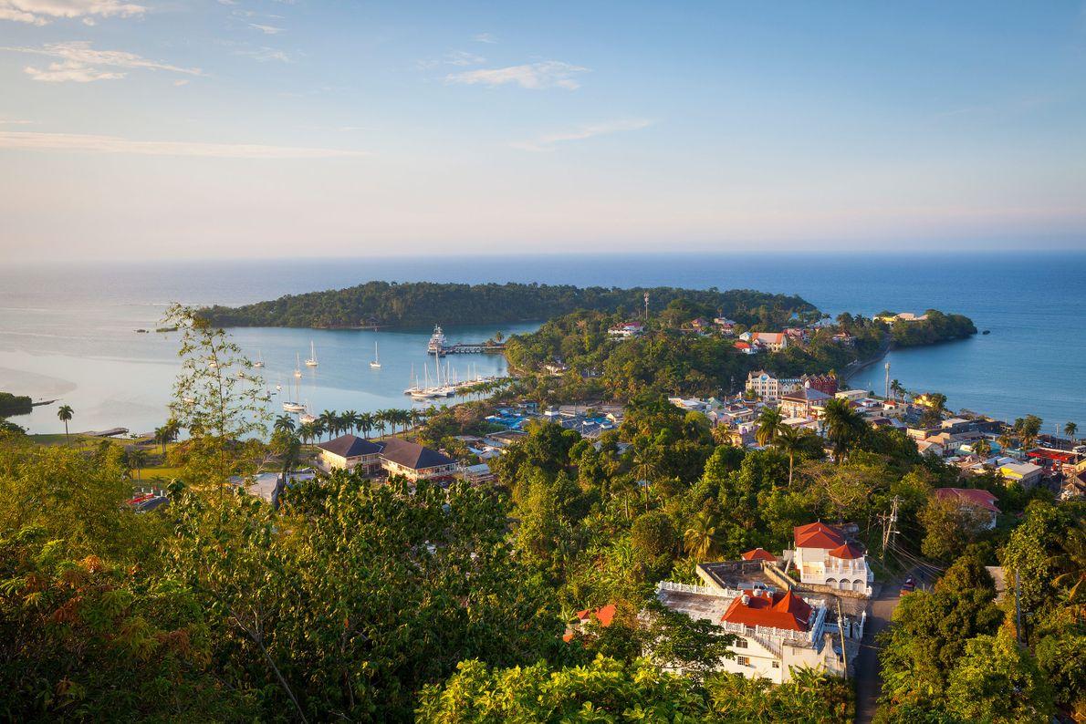 Vista elevada de Puerto Antonio y la isla Navy, Parroquia de Portland, Jamaica, el Caribe.