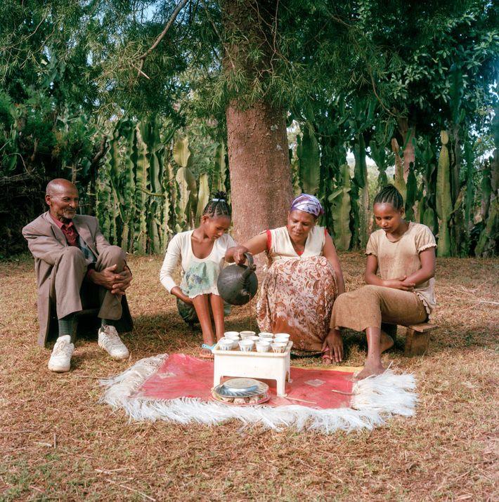 Bekele Erango, Bitukan y sus hijos se sientan a disfrutar una taza de su distintivo café: ...